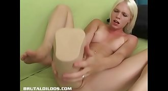 Jayda Diamonde fills her pussy with a humongous fake penis