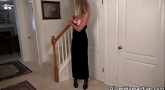 American milf Lauren gets sexually aroused easily in her pantyhose